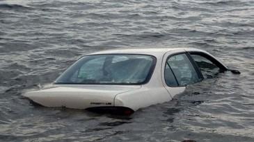 O masina a ajuns intr-un lac din Arad! Salvatorii au recuperat vehiculul, insa soferul, care anunta ca se sinucide, e de negasit!