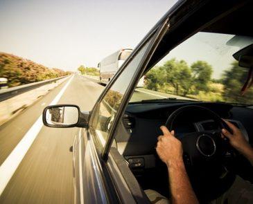 Un transportator, certat prin radio de un alt coleg pentru o greseala in trafic, i-a cerut acestuia sa traga pe dreapta. A coborat din masina, a scos o teava cauciucata, iar ce a urmat depaseste orice imaginatie