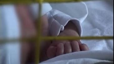 O fetita de doi ani din Suceava a cazut de pe soba intr-o oala cu apa clocotita. E de-a dreptul inimaginabil ce a facut mama ei imediat dupa - Doamne, saraca fata, acum e in stare critica din cauza asta