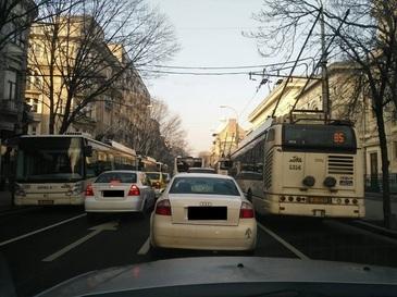 Haos in Capitala dupa ce o pana de curent a afectat mai multe troleibuze, traficul din centrul orasului fiind paralizat