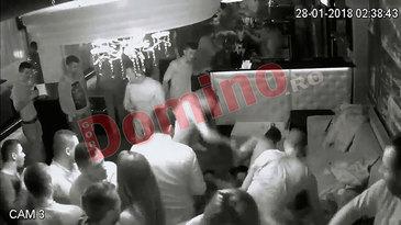 Imagini socante! Scandal sangeros intr-un club din Gorj - Patru barbati au snopit in bataie un tanar de 26 de ani! L-au lovit cu pumnii si picioarel, apoi i-au dat cu scaunul in cap