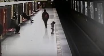 Eroul de la metrou! A sarit pe sinele de tren, fara sa se gandeasca la propria viata, si a salvat un copilas de doar doi ani – Cum s-a petrecut incidentul