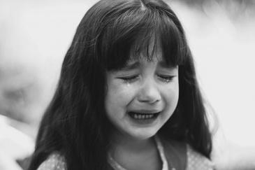 """""""Ajutor, tata o omoara pe mama!"""" O fetita de 9 ani din Iasi nu a putut sa isi salveze mama de la moarte. Ce au facut cei carora le-a cerut ajutorul este inuman"""