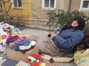 Batranete trista! Ramasa singura pe lume, aceasta batrana sta pe strada, in frig, si vinde ciorapi de lana ca sa isi cumpere o paine - Fiul ei a murit si de atunci viata ei este o drama