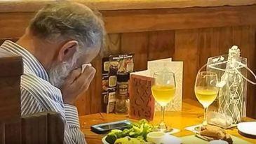 Imaginea care iti va rupe sufletul! Un barbat a iesit sa ia masa intr-un restaurant alaturi de cenusa sotiei sale!
