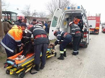 O adolescenta de 14 ani a fost ranita, dupa ce un copac in care intrase un tractor a cazut peste ea