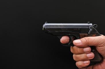 Panica intr-o scoala din Arad dupa ce un elev a intrat cu un pistol in institutie