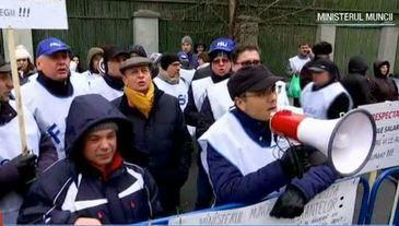 "Profesorii au iesit in strada din cauza Legii salarizarii! Dascalii au plecat de la ore si au predat ""lectia"" de revolta in fata Ministerului Muncii"