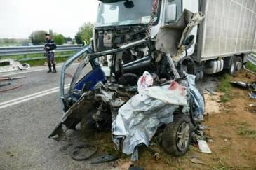Un barbat din Focsani si-a injunghiat sotia, apoi a provocat intentionat un accident rutier in care si-a pierdut si el viata. Omul i-a taiat gatul nevestei, apoi a intrat cu masina sub un TIR