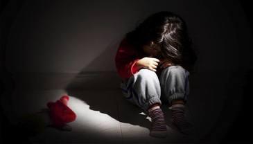 Un tata din Arad si-a violat fiica, dupa ce a consumat alcool si a vizionat mai multe filme pentru adulti