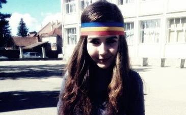 """Transformarea Sabinei, fosta """"fetita cu bentita tricolora"""" Cum arata acum, la cinci ani de cand a devenit celebra"""