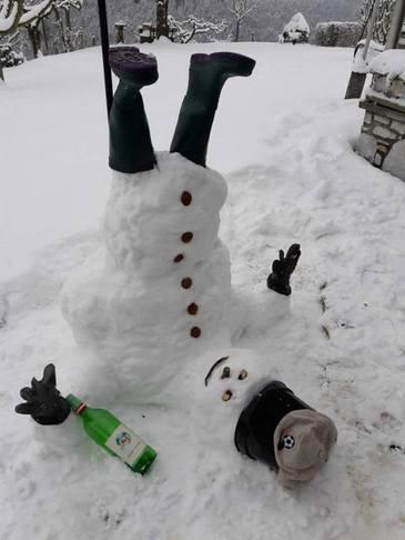 Numai in Vaslui poti sa vezi asa ceva! A nins, iar moldovenii au facut omul asta de zapada