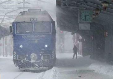 Gerul si ninsoarea au paralizat toate mijloacele de transport! A fost prapad in gari si in aeroporturi!