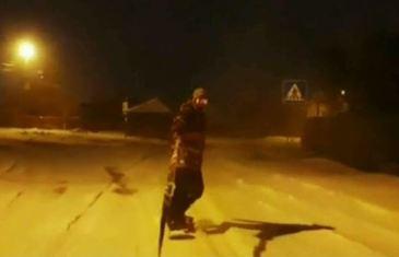 Au scapat de traficul de pe Valea Prahovei! Cativa tineri din Bucuresti au transformat strazile orasului in propria partie de snowboarding!