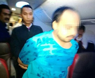 Incident halucinant intr-un avion! Un pasager a fost arestat, dupa ce s-a dezbracat complet si a sarit la bataie