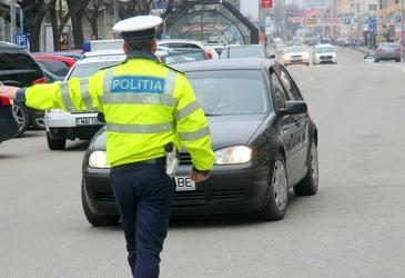 Acesta este motivul pentru care politistii pun mana pe masini atunci cand opresc soferi in trafic