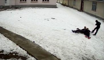 Mama a doi copii din Bacau, ucisa in bataie de un adolescent drogat! Scenele infioratoare au fost surprinse de camerele de supraveghere