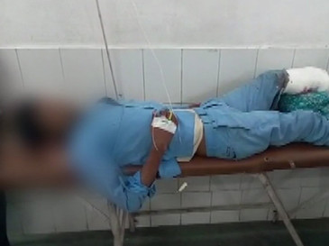 Victima unui accident rutier, filmata in timp ce statea cu capul pe un picior amputat, intr-un spital din India