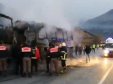 Accident cu 13 victime! Un autobuz a luat foc, dupa ce a fost lovit de un camion