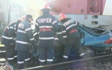 A depasit masinile oprite la calea ferata si a fost izbit in plin de tren! Doi soti au pierit striviti de fiarele contorsionate!
