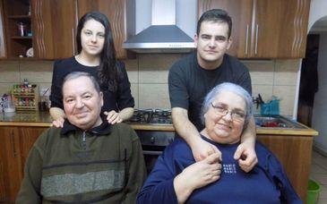 """Mama le-a murit electrocutata, iar tatal i-a abandonat intr-un orfelinat. Dar Alexandra si Sebi au intalnit doi soti cu suflet mare care i-au iubit neconditionat. """"Tot ce am avut mai bun in casa a fost pentru ei"""""""