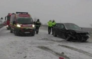 Iarna face ravagii in tara: accidente, avioane si trenuri intarziate, pomi doborati