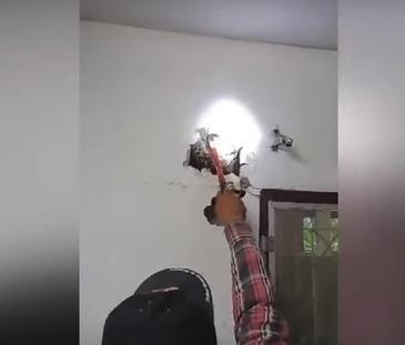 Se uita linistit la televizor cand a auzit zgomote ciudate in perete. Barbatul a luat un ciocan si a inceput sa sparga zidul. Cand a vazut ce era in perete a avut un SOC