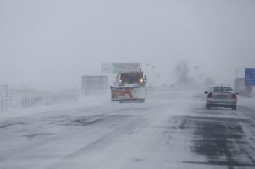 Traficul se desfasoara cu dificultate pe Autostrada Bucuresti - Pitesti din cauza coliziunii dintre un autoturism si un TIR. In zona, circulatia se desfasoara in conditii de ninsoare