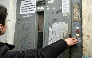 Incident intr-un bloc din Capitala - o femeie a cazut in gol trei etaje cu liftul. Politia face cercetari pentru vătămare corporala din culpa