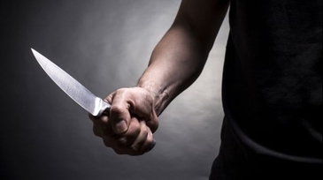 O persoana din Bucuresti a iesit cu cutitul pe strada si ameninta ca se sinucide. Politistii au intervenit de urgenta