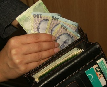 O bona din Bucuresti a furat din casa in care muncea mai multe bijuterii si un card de salariu!