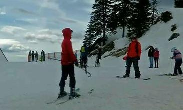 Iubitorii sporturilor de iarna se bucura in acest weekend de ultima zapada din an! Partiile de la munte au fost din nou pline de turisti!