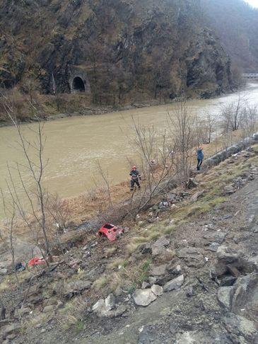 O masina in care se aflau trei persoane a cazut in Olt! O fetita de 13 ani a fost salvata, insa parintii ei nu au putut fi scosi!