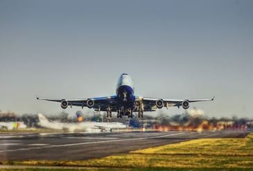 Clipe de groaza intr-un avion care abia decolase din Cluj! Aeronava s-a zguduit puternic, iar pasagerii au simtit miros de fum!