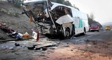 Carnagiu pe autostrada! Un autocar in care se aflau juniorii unei echipe de hochei, implicat intr-un grav accident rutier!
