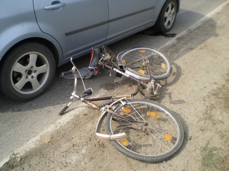 Cea mai noua escrocherie in trafic! Isi arunca bicicleta in fata masinilor si se preface lovit!