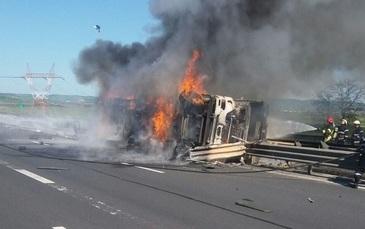 O cisterna care transporta vin s-a rasturnat si a luat foc pe autostrada Sibiu-Orastie! Traficul este blocat!