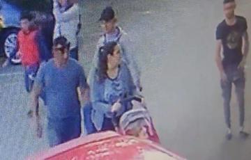 Trei romi au inconjurat o mama care isi plimba copilul prin Cluj , iar ce a urmat apoi este revoltator! Camerele de supraveghere au surprins totul