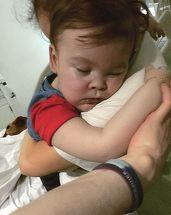 Are doar doi ani si o sansa la viata, dar autoritatile l-au condamnat deja la moarte! Desi medicii din Italia s-au oferit sa il salveze, micutul se va stinge in bratele parintilor sai