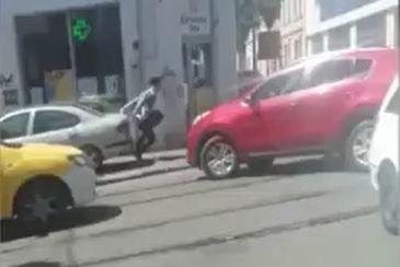 Tupeu de sofer! A luat pe capota un minor, fix pe trecerea de pietoni, pentru ca ar fi traversat prea incet! Ce risca barbatul care se afla la volan!