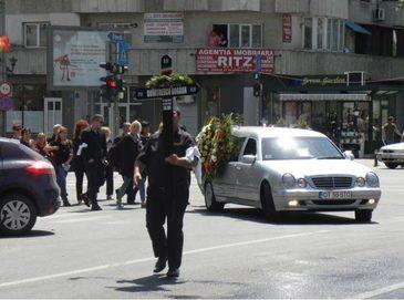 Politistul Bogdan Dumitrescu, care a murit dupa ce a fost impuscat in cap de iubita, a fost inmormantat azi cu onoruri militare