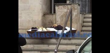 Caz halucinant la Calarasi! Pentru ca nu a putut sa scoata banii de pe un cont al unui decedat desi era imputernicit, un barbat a adus cosciugul cu trupul neinsufletit in fata bancii!