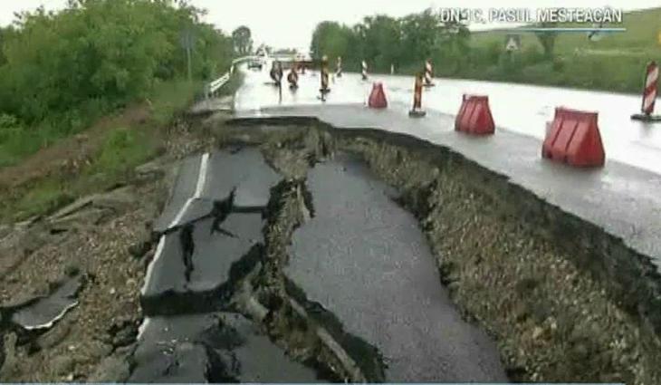 De doua luni, o groapa in asfalt le da batai de cap localnicilor din Salaj si Maramures - Pamantul se surpa, nimeni nu intervine