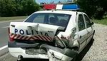 E ireal cum a reusit un sofer sa faca praf o masina de politie! Imaginile sunt greu de privit!
