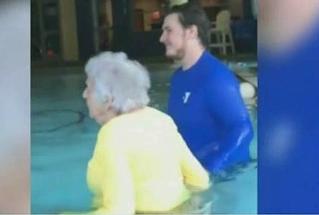 Cum au reusit nepotii unei batrane de 93 de ani sa o ajute sa isi invinga o fobie din tinerete! Imagini superbe!