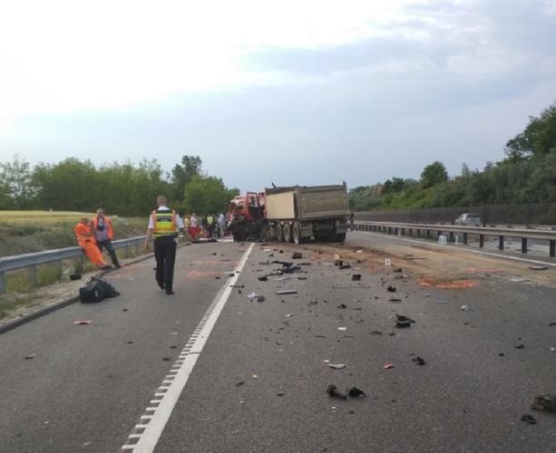 Accident cumplit in Ungaria! 9 romani au murit. Microbuzul romanesc s-a ciocnit cu un camion