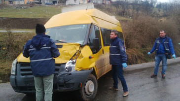 Inca un accident! Un microbuz scolar in care se aflau 15 copii s-a ciocnit frontal cu un autoturism in Vaslui! Soferul microbuzului pierduse controlul volanului!