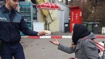 Gestul emotionant facut de un politist pentru o batrana a induiosat pe toata lumea. Putini sunt cei care fac ASTA! Fapta omului legii a devenit virala pe internet