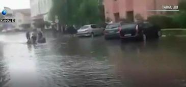 Fenomen extrem! O ploaie torentiala de cateva minute a facut prapad in Targu Jiu