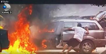 O masina a luat foc in timp ce proprietarul acesteia incerca sa o porneasca folosind curent de la un alt autoturism